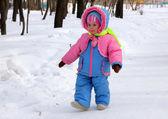 Bambina, passeggiate nel parco di inverno — Foto Stock