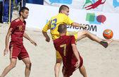 Jeu de football de plage entre l'ukraine et la russie — Photo