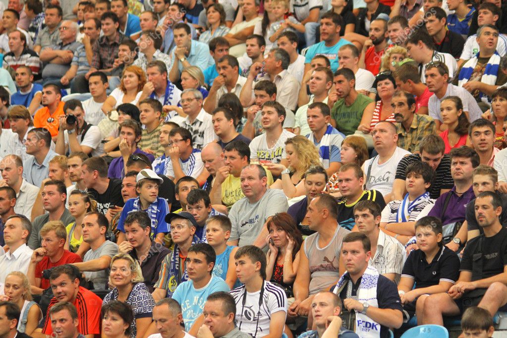 KYIV, UKRAINE - JULY 22, 2011: watch the football game of Ukraine Championship between FC Dynamo Kyiv and FC Obolon — Stock Photo #9117875