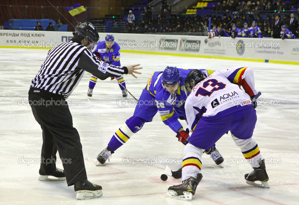 KYIV, UKRAINE - FEBRUARY 9, 2012: Oleksandr Toryanik of Ukraine (L) fights for a puck with Roberto Gliga of Romania during their Euro Hockey Challenge game on February 9, 2012 in Kyiv, Ukraine — Stock Photo #9523427