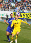 Andriy Shevchenko of Dynamo Kyiv (L) and Oleg Shelayev of Metali — 图库照片