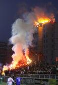 FC Dynamo Kyiv ultra supporters burn flares — Stock Photo