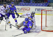 Ice-hockey game between Ukraine and Romania — Stock Photo
