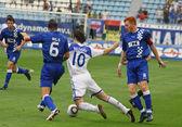 Artem Milevskiy strzela z Dynamo Kijów (C) walczy o piłkę z Stef W — Zdjęcie stockowe