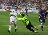 Denys Garmash of Dynamo Kyiv (L) fights for a ball with Bojan Jo — Stock fotografie