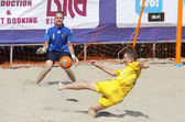 Jeu de football de plage entre l'ukraine et la russie — Photo