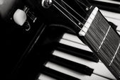 Guitar and piano — Stockfoto