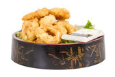 Profunda masa frita calamares de anillos de calamar con ensalada verde — Foto de Stock