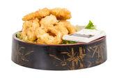 Pâte profonde frits calamars anneaux de calmars avec salade verte — Photo