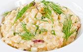 Foto des köstlichen risotto mit meeresfrüchten und dill drauf — Stockfoto
