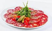 Italiensk korv blandade med tomat, gurka och ruccola — Stockfoto