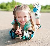 Malá holčička v kolečkové brusle — Stock fotografie