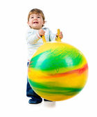 Petit garçon avec le ballon de fitness — Photo