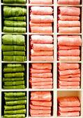 Estante con una toallas — Foto de Stock