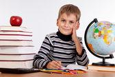 écolier mignon est écrit — Photo