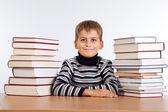 Skolpojke och en hög med böcker — Stockfoto