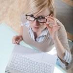 kvinna i glas med laptop — Stockfoto