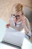 Mulher de óculos com laptop — Foto Stock