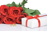 Bouguet roses and valentines gift — Stock Photo