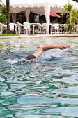 Homme nage dans l'hôtel de la piscine — Photo