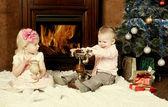 Enfants heureux à un sapin de Noël — Photo