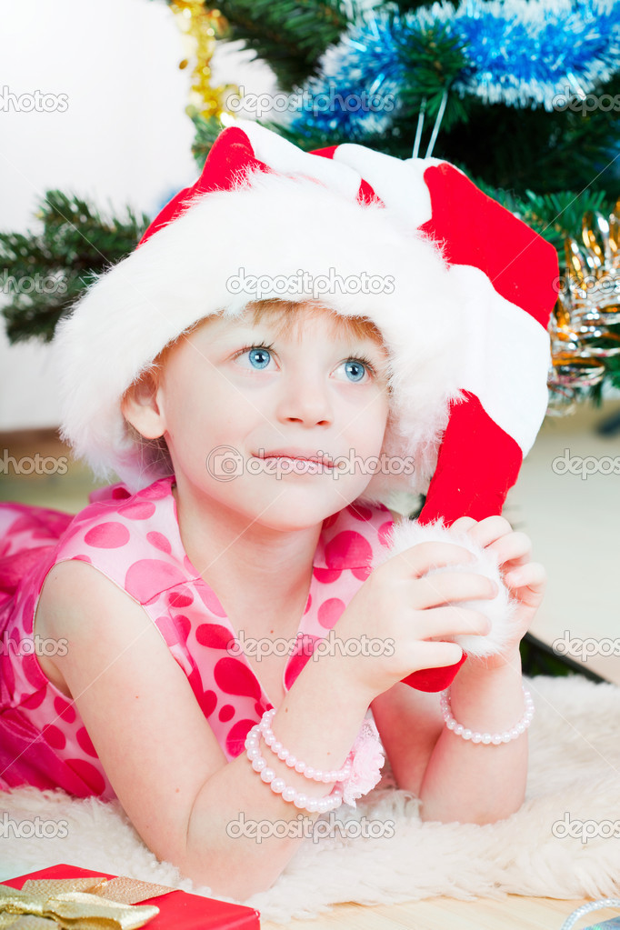 Little girl at a Christmas fir-tree — Stok fotoğraf #8064342