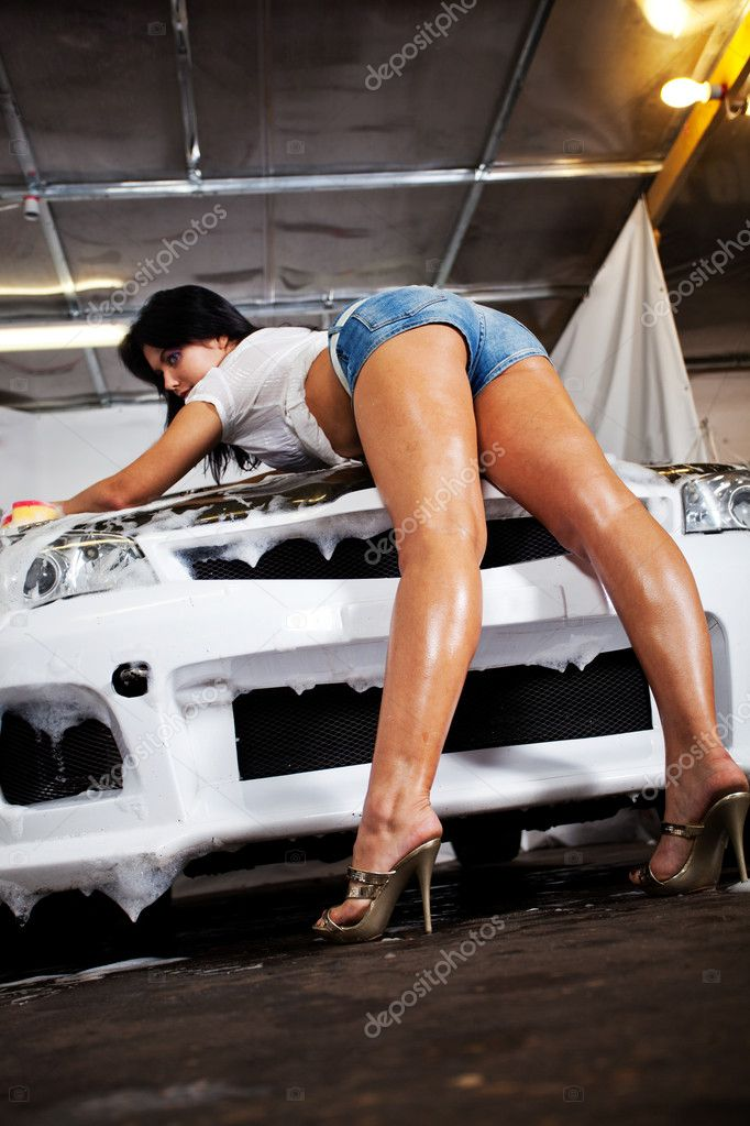 Секси моют машину