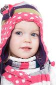 Aydınlık kış şapka ve atkı, sevimli küçük kız — Stok fotoğraf