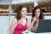 ショッピング センター内のカフェに座っている 2 人の女の子 — ストック写真