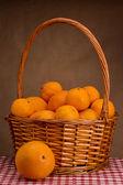 Korb mit Mandarinen — Stockfoto