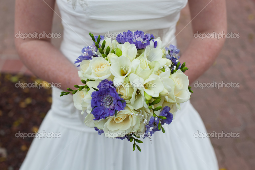 Bride in white dress is holding her bridal bouquet — Stock Photo #9304065
