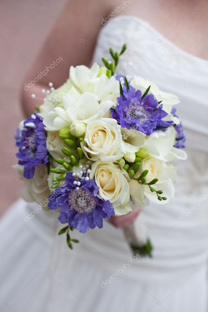 Bride in white dress is holding her bridal bouquet — Stock Photo #9304416