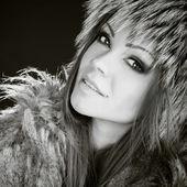 毛皮の美しい笑顔の女性の肖像画 — ストック写真