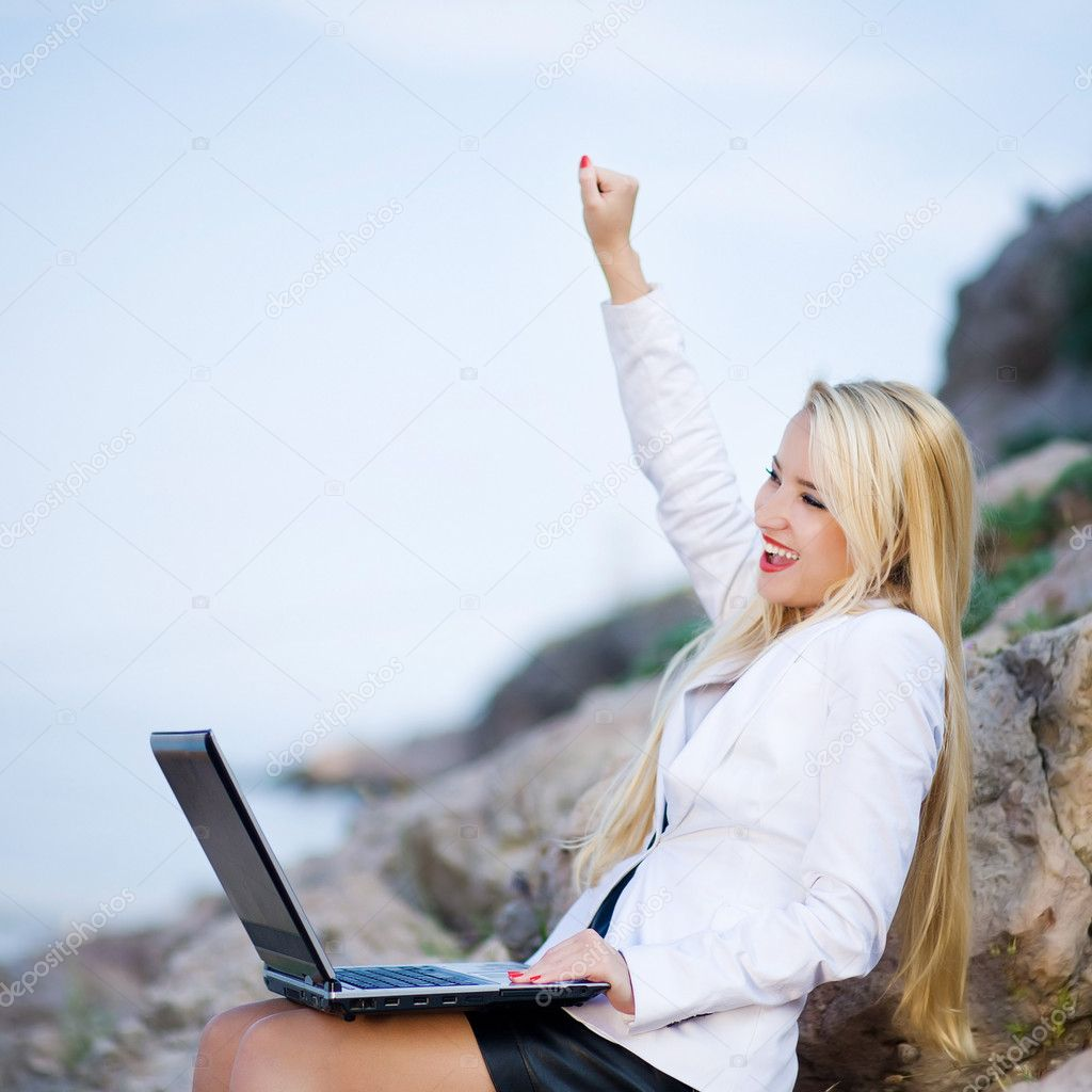 Portrait of woman near the sea with a laptop — Foto Stock #9063901