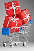 Primo piano di un carrello con regali — Foto Stock