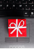 Gift on a laptop keyboard — Stockfoto