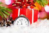 Presentförpackning och klocka — Stockfoto