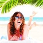 mujer bonita en la playa — Foto de Stock