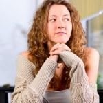 genç kadın kafede oturan — Stok fotoğraf