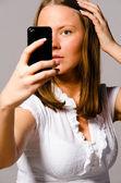 女人考虑她自己的照片 — 图库照片