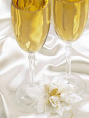 Two glasses with champagne and wedding decoration — Stock Photo