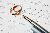 Rings and pen — Stock Photo