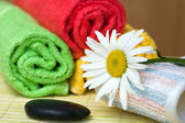 Towels and chamomile — Stock Photo