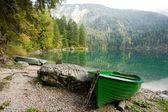 Green boat — Стоковое фото
