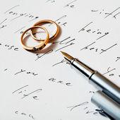 Yüzük ve kalem — Stok fotoğraf