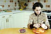 Man peeling the grapefruit — Stock Photo
