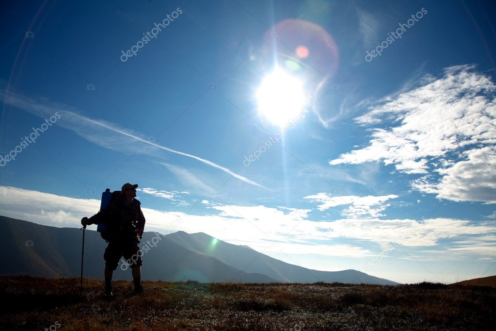 A silhouette of a tourist on a hill — Stock Photo #8581840