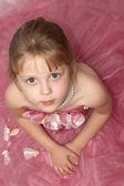 粉红色的裙子的漂亮女孩 — 图库照片