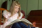 Meisje het lezen van een boek — Stockfoto