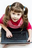 Süßes mädchen mit laptop — Stockfoto